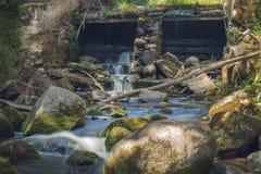 Старая, покинутая водяная мельница с потоками воды и маленькие водопады Стоковые Изображения