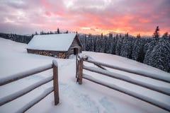 Старая покинутая деревянная хата Стоковая Фотография