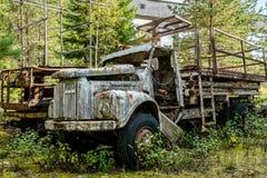 Старая покинутая промышленная тележка ржавая и worn Стоковые Изображения RF