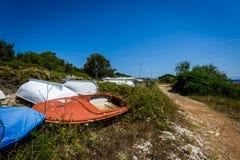 Старая покинутая разрушенная рыбацкая лодка на погосте корабля или шлюпки Стоковая Фотография
