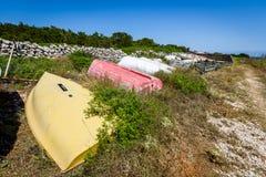 Старая покинутая разрушенная рыбацкая лодка на погосте корабля или шлюпки Стоковая Фотография RF