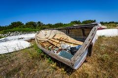 Старая покинутая разрушенная рыбацкая лодка на погосте корабля или шлюпки Стоковые Фото