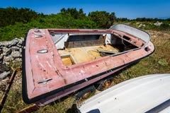 Старая покинутая разрушенная шлюпка скорости на погосте корабля или шлюпки Стоковое Фото