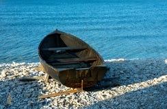 Старая, покинутая рыбацкая лодка стоковые изображения