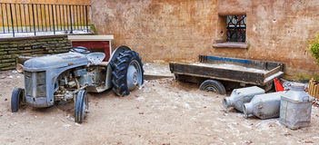 Старая покинутая сельско-хозяйственная техника стоковая фотография rf