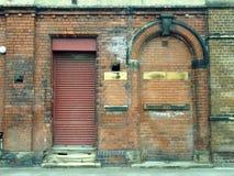 Старая покинутая строя штарка дома и закладыванный кирпичами вход стоковые фотографии rf