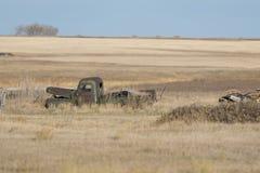 Старая покинутая тележка фермы в поле Северной Дакоты Стоковое Изображение