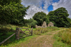 Старая покинутая шахта олова Graite na górze Dartmoor в Англии стоковые изображения rf