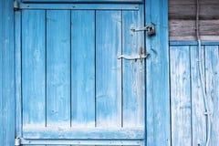 Старая покрашенная голубая деревянная дверь к старому амбару Голубая деревянная дверь w Стоковая Фотография