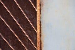 Старая покрашенная металлическая стена с белыми и запертыми частями стоковое изображение rf