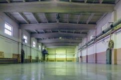 Старая получившаяся отказ пустая зала продукции, интерьер фабрики стоковые фото