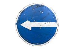 Старая поцарапанная вокруг голубого поворота ` дорожного знака вышла ` изолированный на белизну Стоковая Фотография RF