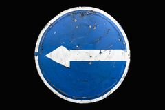 Старая поцарапанная вокруг голубого поворота ` дорожного знака вышла ` изолированный на черноту Стоковые Изображения