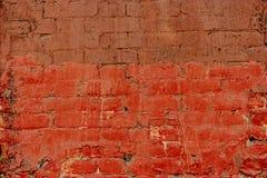 Старая половина кирпичной стены покрашенная внутри глубокой - красный цвет, половина в коричневом цвете Кирпичная стена абстрактн Стоковые Фотографии RF