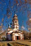Старая православная церков церковь против высушенной-вверх березы разветвляет с Стоковая Фотография RF