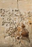 Старая прессформа глины и флористическая картина на потолке с отказами старого замка Стоковое Изображение