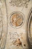 Старая прессформа глины и флористическая картина на потолке с отказами старого замка Стоковая Фотография