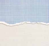 Старая предпосылка текстуры холста с чувствительной картиной нашивок и голубым сорванной годом сбора винограда бумагой Стоковая Фотография RF