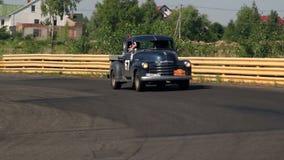 Старая приемистость Шевроле автомобиля управляет над деревней сток-видео