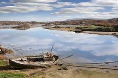 Старая приставанная к берегу рыбацкая лодка на ирландском пляже Стоковое Фото
