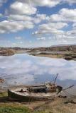 Старая приставанная к берегу рыбацкая лодка на пляже Donegal Стоковая Фотография