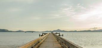 Старая пристань в вечере, залив Yamu, Phuket, Таиланд Стоковые Изображения RF