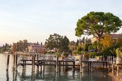 Старая пристань в Sirmione на озере в красивом солнечном дне, Италии Garda Стоковая Фотография