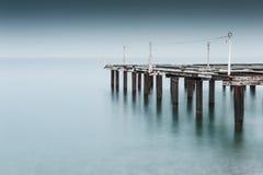 Старая пристань на береге моря Всход долгой выдержки Стоковое фото RF
