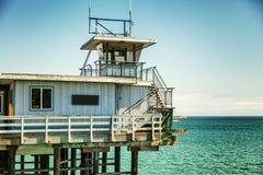 Старая пристань на деревянных ходулях в море Стоковая Фотография