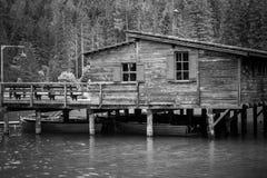 Старая пристань на озере Braies в черно-белом стоковое изображение