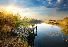 Старая пристань на реке осени Стоковые Изображения