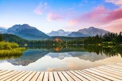 Старая пристань показывает взгляды очарованного озера, зеленые горы Стоковое Изображение RF