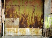 Старая промышленная дверь гаража Стоковое Изображение