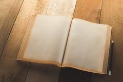 Старая пустая книга открытая с карандашем Стоковое Изображение