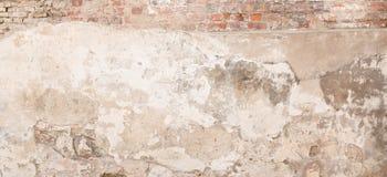 Старая пустая пакостная стена гипсолита с треснутой структурой как предпосылка Стоковые Изображения