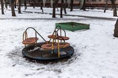 Старая пустая спортивная площадка детей в зимнем времени Стоковое Изображение RF