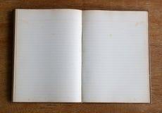 Старая пустая страница тетради на деревянной таблице Стоковые Изображения RF