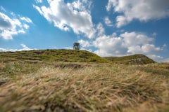 Старая пустая телефонная будка na górze холма Стоковая Фотография RF