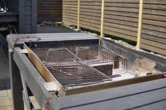 Старая пустая черная решетка гриля готовая для жарить мясо в месте для лагеря Стоковые Фотографии RF