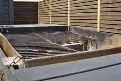 Старая пустая черная решетка гриля готовая для жарить мясо в месте для лагеря Стоковые Изображения RF