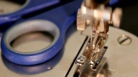 Старая работая швейная машина серебра с синью видеоматериал