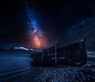 Старая развалина корабля на ноче с звездами, Исландии Стоковая Фотография