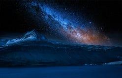 Старая развалина корабля на ноче с звездами, Исландии Стоковое Изображение RF