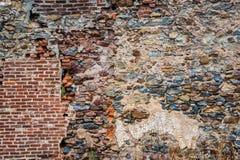 Старая разрушанная каменная стена с частично кирпичной кладкой Стоковое Изображение RF