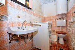 Старая разрушенная ванная комната Стоковое фото RF
