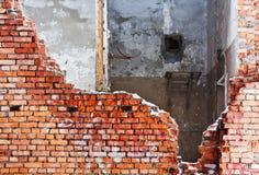 Старая разрушенная кирпичная стена стоковая фотография rf