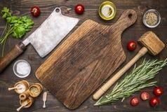 Старая разделочная доска с специями и травами для варить мясо с местом томатов вишни и оси мяса для текста, рамки Стоковая Фотография