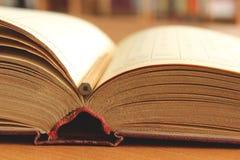 Старая раскрытая книга на таблице Стоковое Фото