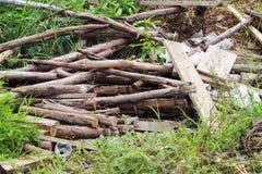 Старая древесина была выведена на траву outdoors Стоковые Фото