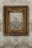 Старая древесина картинной рамки handmade на стене загубила предпосылку Стоковое фото RF
